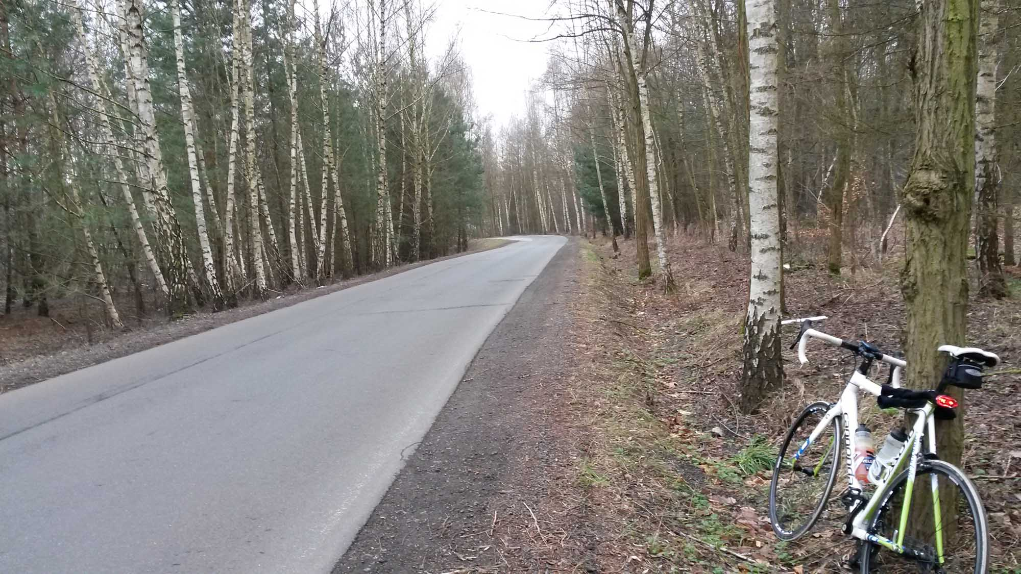 Here starts a wonderfully empty yet paved road that took me along the Havel through the little village Sacrow and back to the busy B2. I was afraid it would turn into cobblestones all of a sudden, but it never did. Will ride here again!