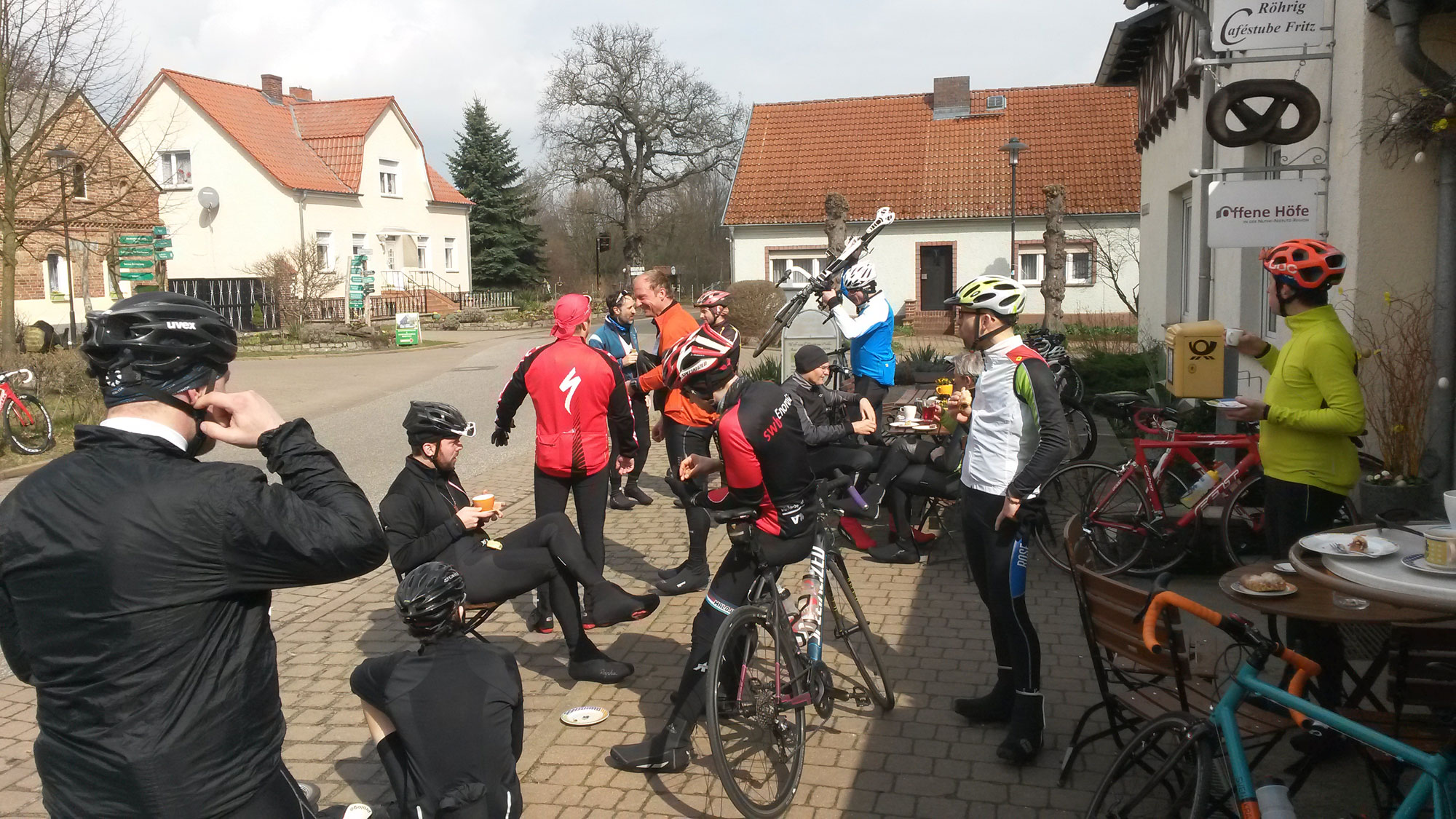 At this bakery we ran (rode) into another group of cyclists. So we were about 20 cyclists eating cake and drinking coffee there, and enjoying a few rays of sunshine.