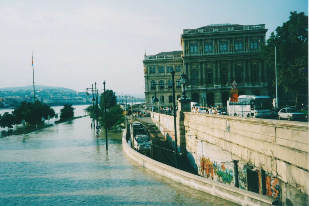 Like all of Central Europe, Budapest suffered heavy floods in the summer of 2002. This is how it first looked when I arrived: The road on the left is totally flooded (see the road signs?) but the trams can still go in the protected tunnel next to it.